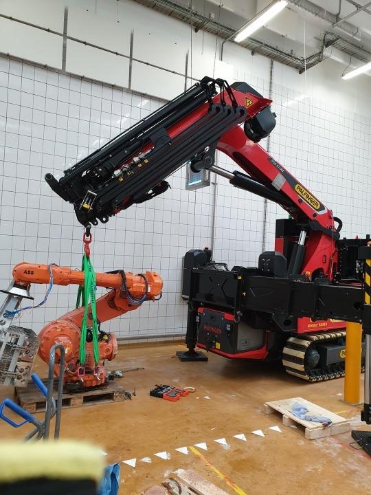 Så er vi ved at skifte noget i en robot.